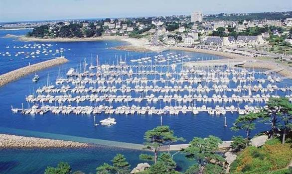 The marina of Trébeurden on the pink granite coast - Stereden, Village de Chalets